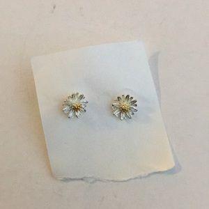 Jewelry - Very TiNY flower earrings Daisy